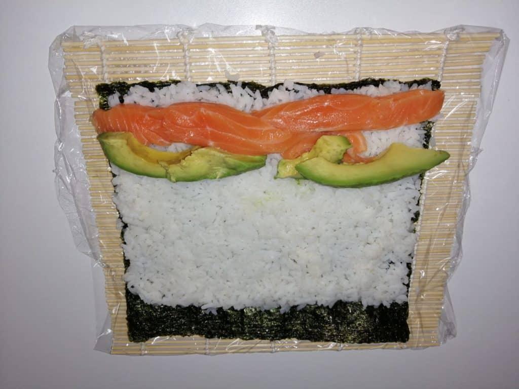 Colocar el salmón y el aguacate